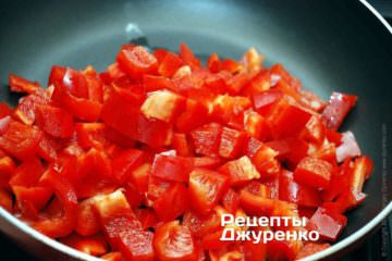 Обжарить перец на масле