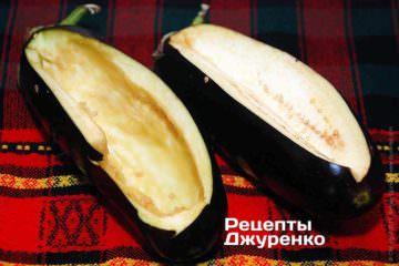 Баклажаны среднего размера вымыть и вытереть насухо. Сделать продольный глубокий, на 2\3 толщины разрез и чайной ложкой выбрать все семена и мякоть баклажана