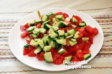 Огурцы – покрошить кубиками и уложить поверх помидоров