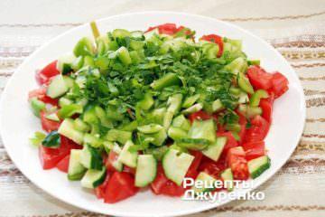 Петрушку мелко порезать и посыпать овощи