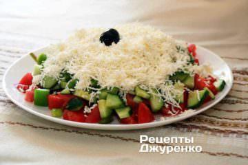 На середню терку потерти бринзу і посипати шопський салат щоб вийшла біла шапка