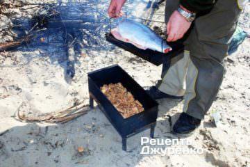 Завантажити рибу в коптильню