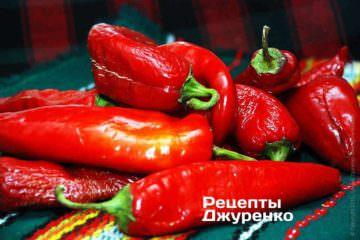 Підв'ялений червоний пекучий перець - основа аджики