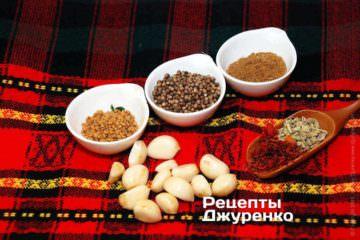 Спеції: пажитник, коріандр, хмелі-сунелі, часник, имеретинский шафран, насіння фенхелю