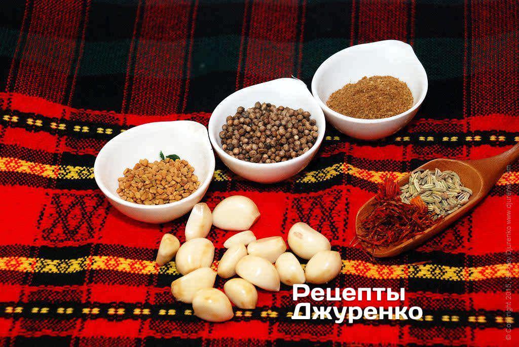 Как приготовить Аджика. Шаг 9: Специи: пажитник, кориандр, хмели-сунели, чеснок, имеретинский шафран, семена фенхеля