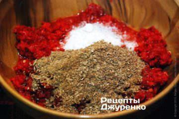 Аджику хорошо посолить крупной каменной солью