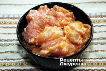 Маринуємо м'ясо курки в суміші майонезу і каррі
