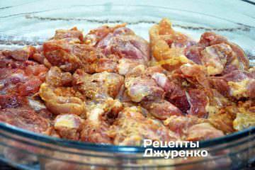 В смазанную маслом форму разложить кусочки курицы