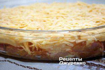 Посыпать плотным слоем натертого сыра