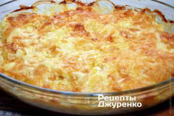 Курка з ананасом під сиром запікається в духовці