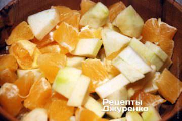 Накрошить яблоко и апельсин