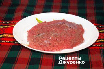 Мясо сильно отбивают, пока шницель не станет толщиной 3-5 мм