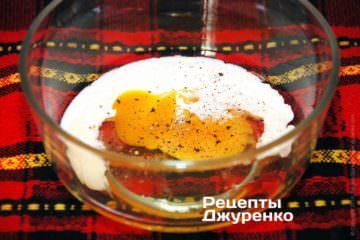Добре вмочити шніцель в яйці і обваляти в паніровці