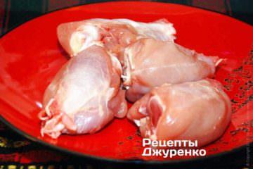 С куриных голеней снять кожу и отрезать косточку