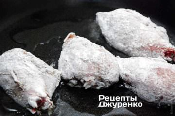 Куриные голени со специями обильно обвалять в муке и выложить в разогретое масло