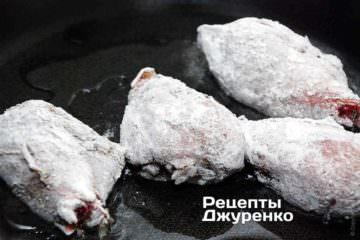 Курячі гомілки зі спеціями рясно обваляти в борошні і викласти в розігріте масло