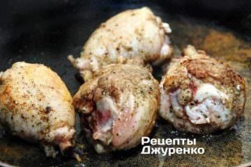 Обжаривать куриные голени до образования румяной корочки