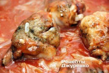 Залить томатным пюре курицу и лук