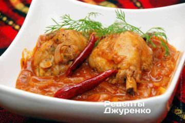 Курица с луком и томатами