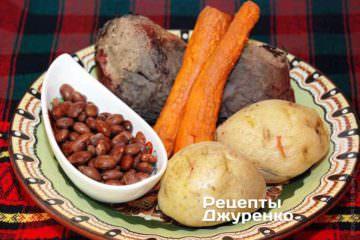 Картошку, свеклу и морковку испечь. Фасоль отварить
