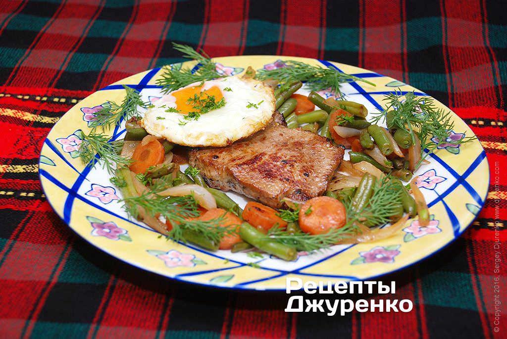 Фото готового рецепту біфштекс з яйцем в домашніх умовах