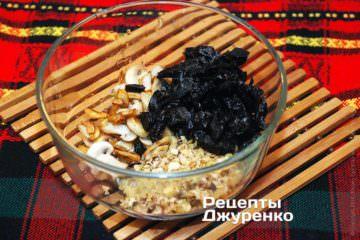 Смешать измельченные орехи, грибы ичернослив