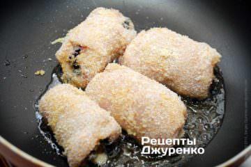 Куряче філе вмочити в збите яйце і обваляти в паніровці