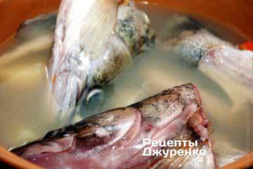 Затем положить в уху рыбу