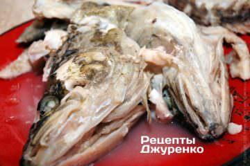 З юшки витягти рибу і викласти її на окрему тарілку