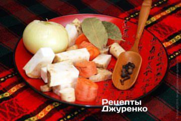Подготовить овощи и специи для бульона