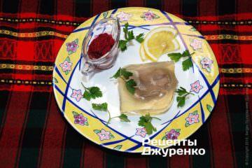 Выложить куски языка в желе на тарелки