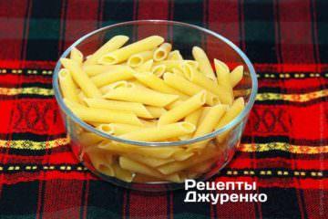 У киплячу воду кинути пасту і варити протягом часу, зазначеному на упаковці пасти