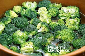 Отварить соцветия брокколи в кипящей подсоленной воде