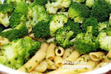 Добавить к пасте отваренные соцветия брокколи и еще раз перемешать