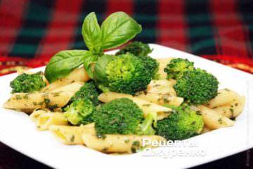 Паста с брокколи и чесночным соусом из зеленого базилика