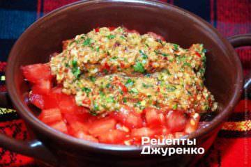 Змішати соус з нарізаними помідорами і перемішати