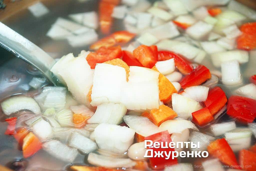 Как приготовить Борщ. Шаг 6: Нарезанные лук, морковка и сладкий перец