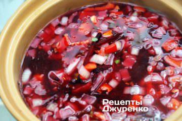 Як приготувати Український борщ. Крок 12: Крок №6: Червоний колір дає добрий буряк