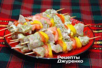 Нанизати м'ясо і овочі на дерев'яні шпажки