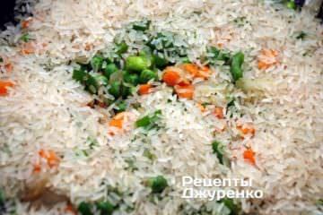 Сверху засыпать рис, распределяя его по всей площади