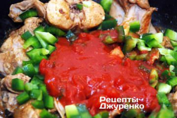 Добавить мякоть томатов