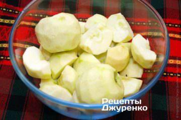 Очистить и нарезать яблоки