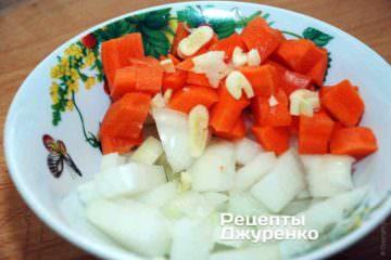 Поки вариться бульйон, очистити овочі та нарізати з невеликими кубиками. Зубчик часнику дрібно нарізати