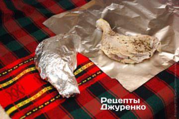 Смазать куриные окорочка маслом