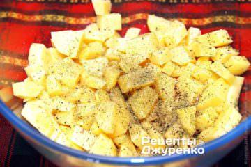 Картоплю нарізати кубиками