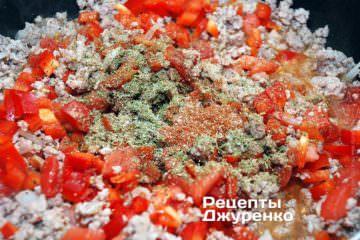 Фарш по вкусу посолить и добавить специи