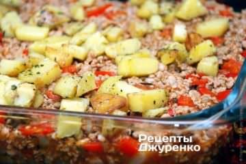 жареную картошку выложить поверх фарша