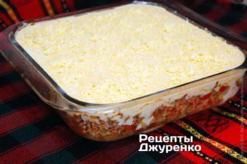 посыпать мусаку тертым сыром