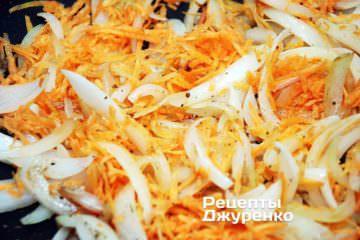 Обжарить лук и морковку