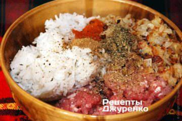 Смешать свиной фарш, рис, лук и специи